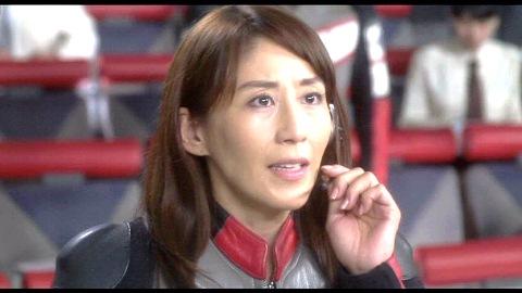 タイガ隊員に生きて帰ってくるよう伝えるユミムラ・リョウ隊長(演:斉藤りさ)