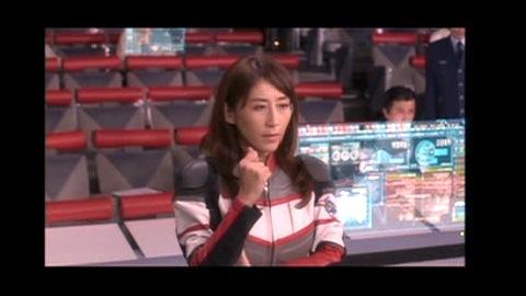 行方不明になったタイガ隊員を案じるユミムラ・リョウ隊長(演:斉藤りさ)