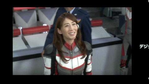 アスカからのメッセージを聞き、喜ぶユミムラ・リョウ隊長(演:斉藤りさ)