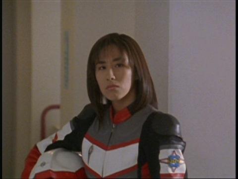 女子高生についていくアスカ隊員に呆れるユミムラ・リョウ隊員(演:斉藤りさ)