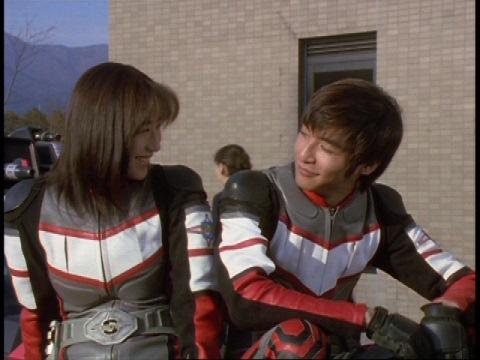 一件落着し、アスカ隊員と平和な様子を見て談笑するユミムラ・リョウ隊員(演:斉藤りさ)