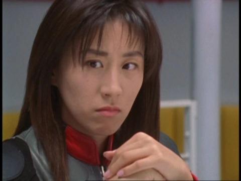 誰もアスカ隊員に敵わなかった事に苛立つユミムラ・リョウ隊員(演:斉藤りさ)