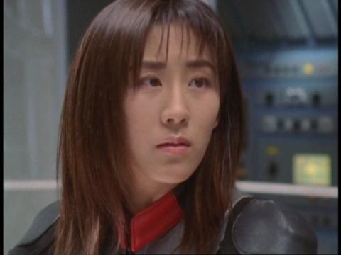 反省しているアスカ隊員を見守るユミムラ・リョウ隊員(演:斉藤りさ)