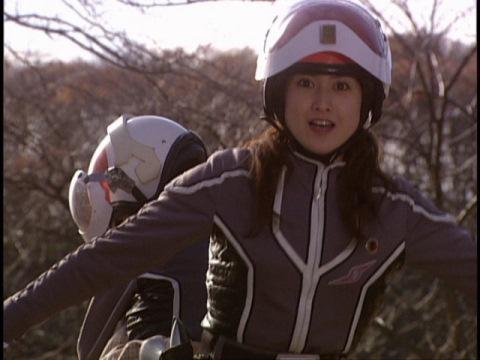 マユコを庇うサトミ隊員
