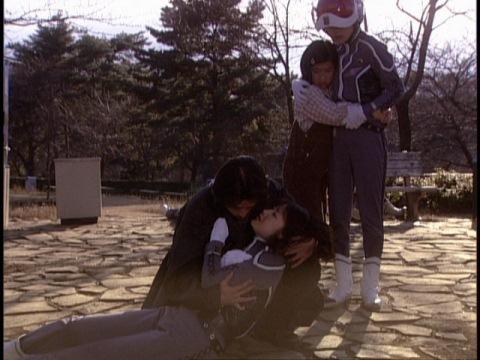 駆け付けたカザモリの腕の中で息を引き取るサトミ隊員