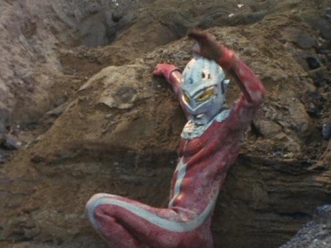 崖底から這いあがり、ガッツポーズをするウルトラセブン