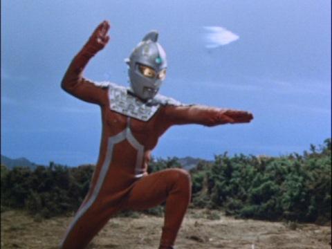 ハンディショットでガッツ星人の円盤を攻撃するウルトラセブン
