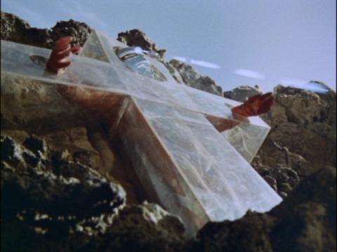 ガッツ星人に磔られた十字架から復活するウルトラセブン