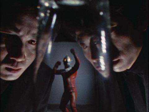 ウルトラセブンをグラスに閉じ込めるシャドウマン