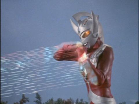 ウルトラマンタロウのストリウム光線で、トンダイルの止めを刺す