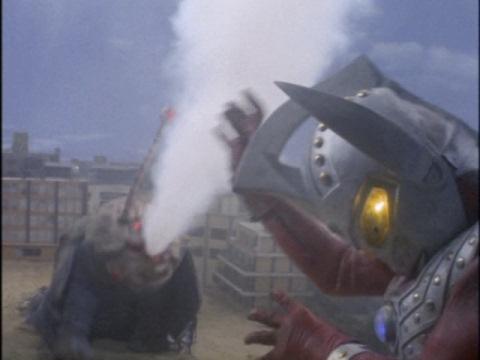 ジレンマの強酸性溶解霧に大苦戦のウルトラマンタロウ