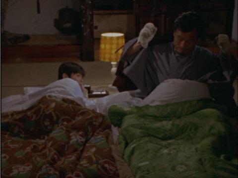 寝る時でも手袋を外さない小山隊員(演:小林昭二)