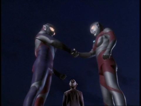 初代ウルトラマンとウルトラマンティガが握手!