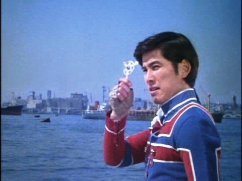 ウルトラバッジを捨てる東光太郎隊員