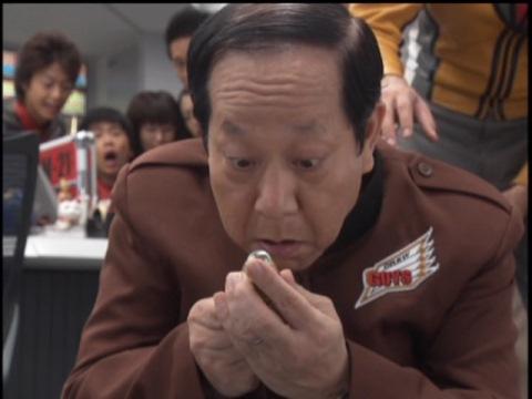 カプセルを落とすトリヤマ補佐官