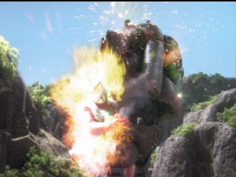 インペライザーにウルトラダイナマイトを放つウルトラマンタロウ