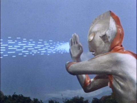 ベムラーにスペシウム光線を発射するウルトラマン