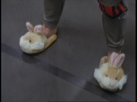 ヒビキ隊長の足元にはウサギのスリッパが・・・
