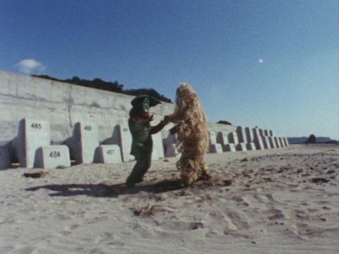 砂漠(砂浜?)で戦うイカルスとウー