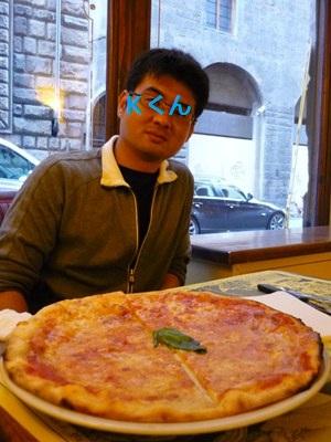 イエローのピザ