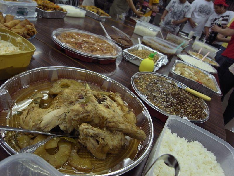 ピノイユニティ結成パーティで振る舞われたフィリピン料理。すべて組合員の手作りである。