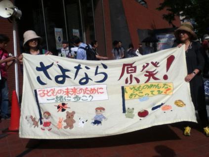 S 20120526小出先生講演会の後のデモ