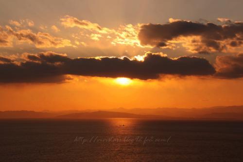 夕陽と貨物船