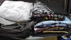 衣類を畳んでベッド脇の台の上に重ね置き