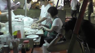 六合夜市 餃子を作るおばさん