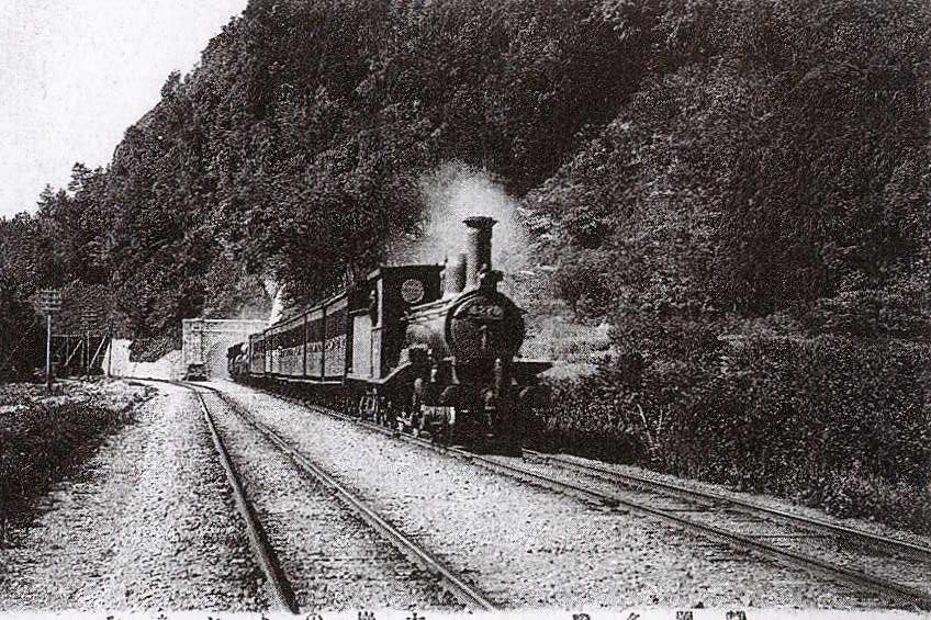 大崩海岸を走る蒸気機関車