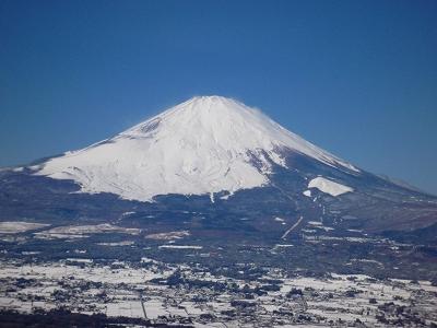白いベールを纏った富士山