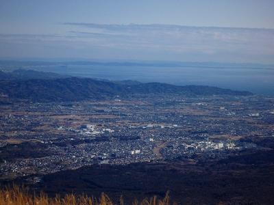 眼下に小田原市街、その先に相模湾、さらにその先には三浦半島