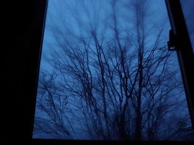 120422窓の外は暗く
