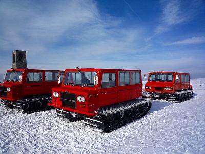 ずらりと並んだホテルの雪上車