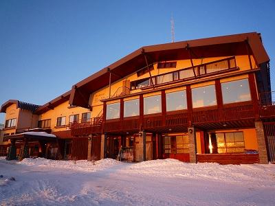 朝陽を浴びる王ヶ頭ホテル