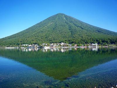 中禅寺湖から見た端正な形の日光「男体山」