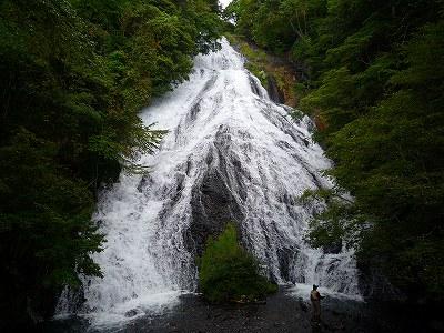 湯川の上流にある豪快な「湯滝」