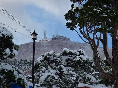 山麓の元町から望む函館山