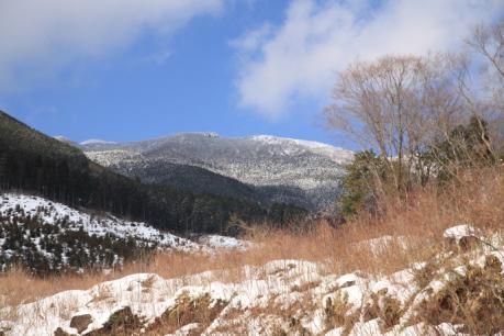 登山口から見る那岐山