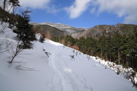 雪の斜面をトラバース