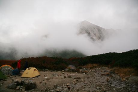 雲に巻かれる鷲羽岳