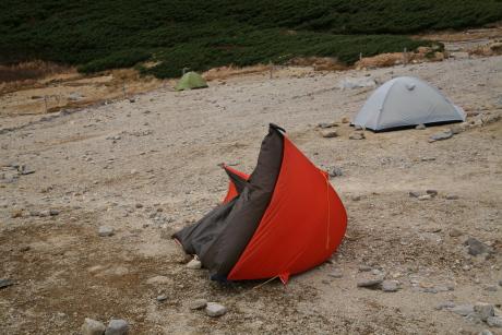 転倒したテント