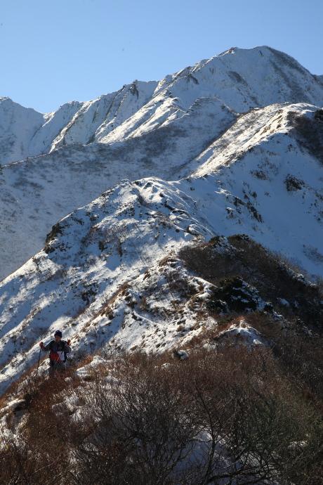 天狗が峰から下山する男性