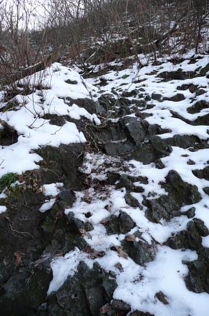 雪のついた岩場
