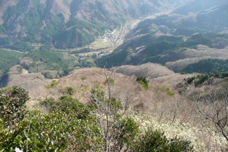 山頂から見た登山口