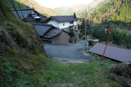 登山口上の集落へ出た場所