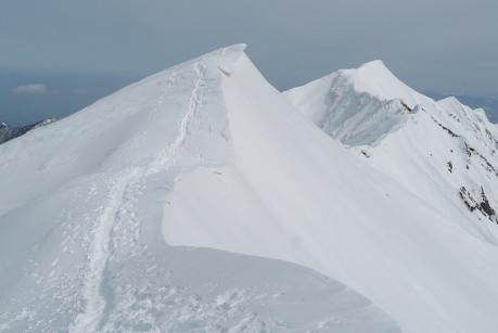 弥山から見た三角点と剣が峰