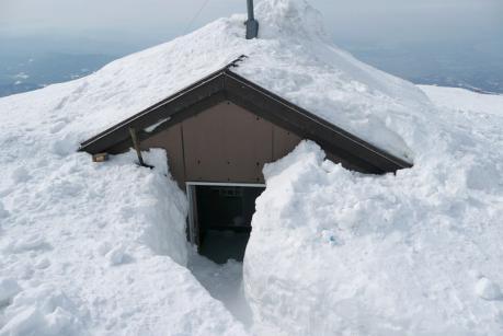 頂上避難小屋の冬季入口