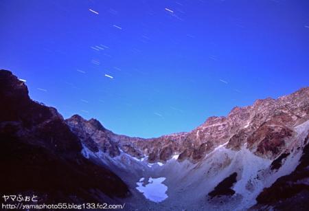写真① 涸沢の夜をかけるオリオン