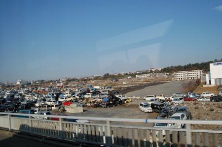 津波で流された車の山5